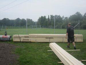 Anlieferung des Holzes für das Blockhaus.