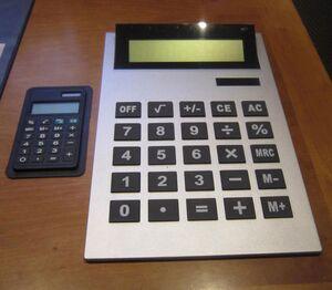 Grauer Taschenrechner mit sehr großen Tasten.