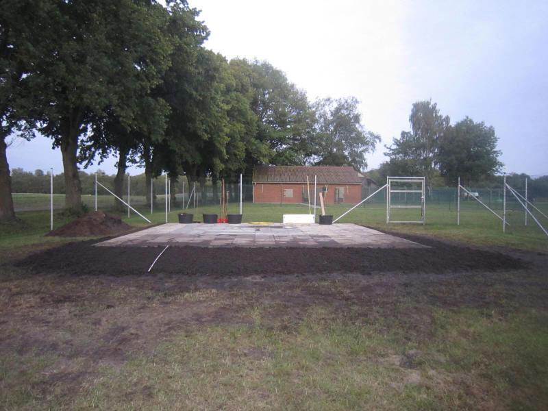 Fertiges Fundament des Blockhauses mit aufgeräumter Umgebung