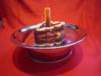 Selbstgemachter Kuchen aus Mandarine und Möhre in Herzform für Herkules, den Mops.